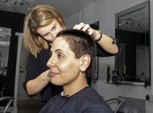 人気美容師の年収は月収80万円~100万円