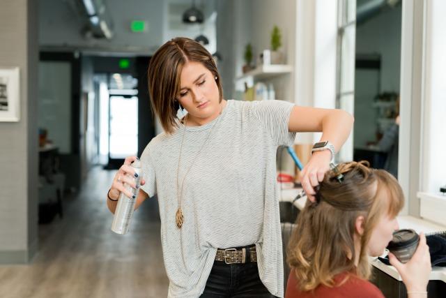 美容師が業務委託で働くと…【給料や働き方や適性】